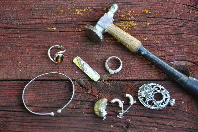 På en dag skapar du de vackraste smycken. Efter lite instruktioner formar  du leran till det du vill .Ett smycke för din kropp eller för ditt  skrivbord. 2defc9214b13c